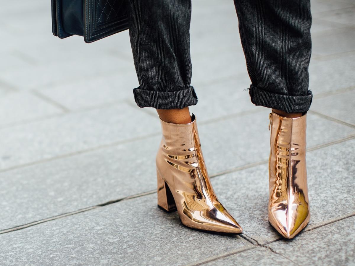 Metaliczne kolory nie tylko na karnawał – jak nosić błyszczące buty?