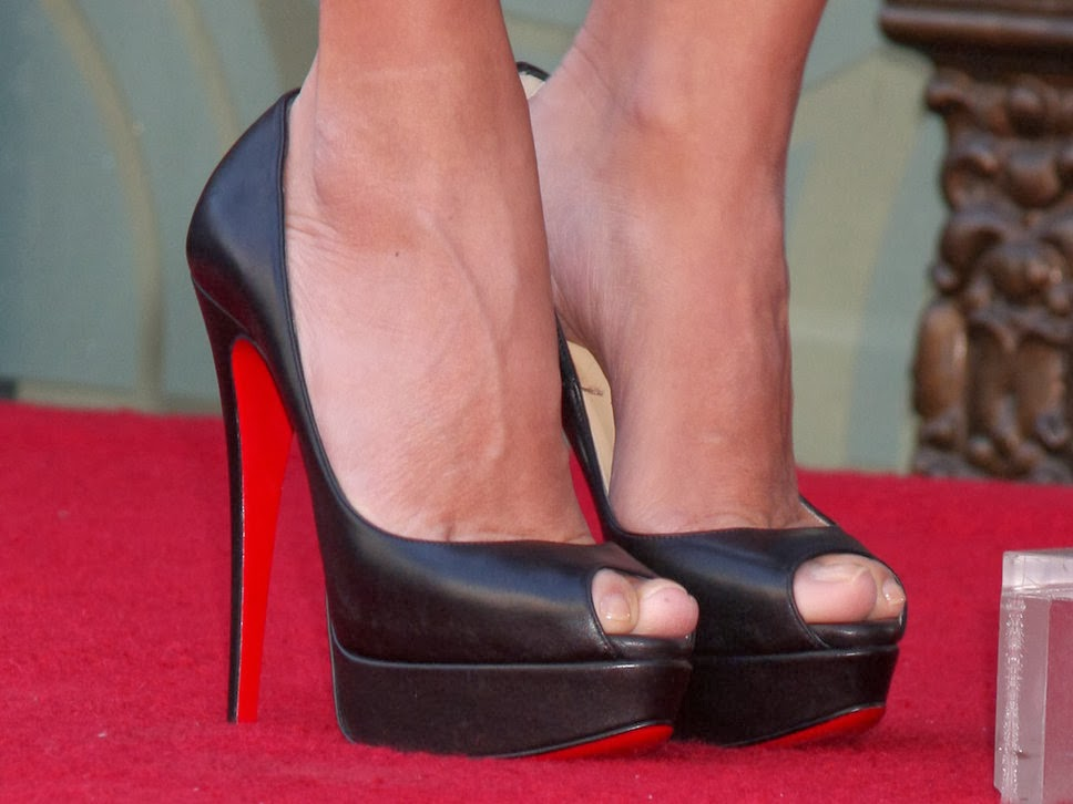 Czy zakładać rajstopy do butów z odkrytym palcem?