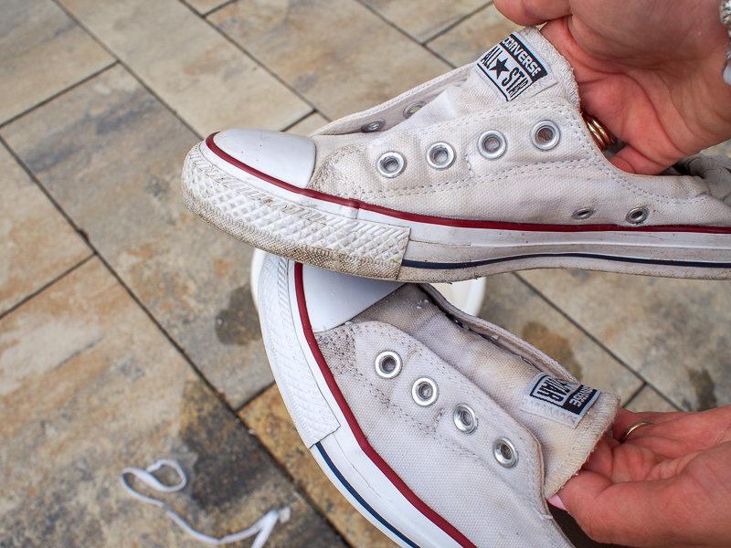 Jak pozbyć się zabrudzeń z białych butów i przywrócić im dawny blask i kolor? 5 sprawdzonych sposobów