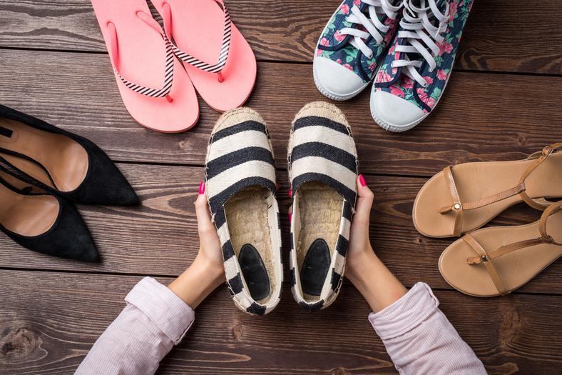 Śliskie stopy, odciski, otarcia – jak sobie radzić z letnimi butami?