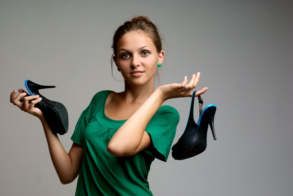 Buty, kapcie czy skarpety – jak się zachować?