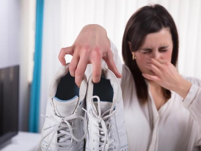 Jak pozbyć się brzydkiego zapachu butów?