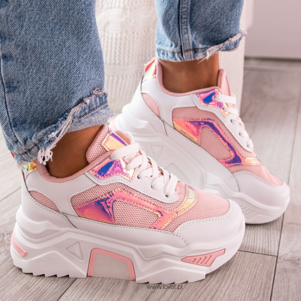 Sneakersy latem